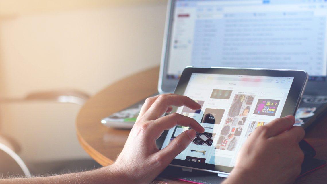 Tablet mit Google Bilder Suche, dahinter ein weiterer Bildschirm mit E-Mail Programm.